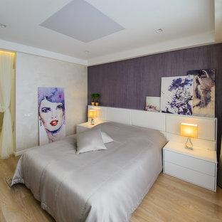 Неиссякаемый источник вдохновения для домашнего уюта: спальня в современном стиле с разноцветными стенами и светлым паркетным полом для хозяев
