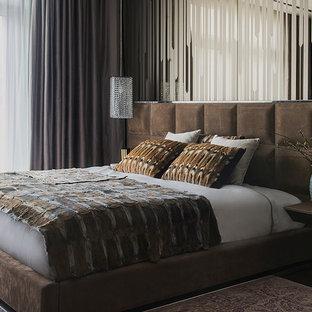 Идея дизайна: спальня в современном стиле с темным паркетным полом и коричневым полом