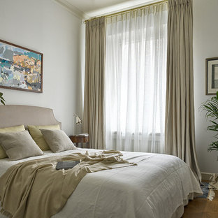 На фото: маленькая спальня в классическом стиле с серыми стенами и паркетным полом среднего тона без камина для гостей с