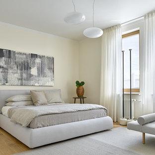 Пример оригинального дизайна: хозяйская спальня в скандинавском стиле с бежевыми стенами, паркетным полом среднего тона и коричневым полом