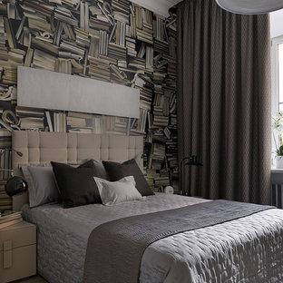 Стильный дизайн: спальня в современном стиле с коричневыми стенами, светлым паркетным полом и бежевым полом - последний тренд