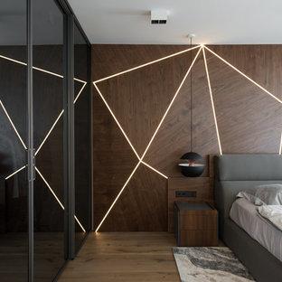 На фото: хозяйская спальня среднего размера в современном стиле с паркетным полом среднего тона, коричневым полом и коричневыми стенами без камина с