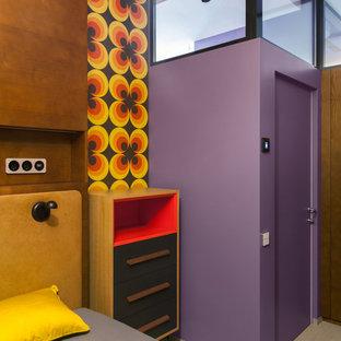 На фото: хозяйская спальня в стиле фьюжн с фиолетовыми стенами с