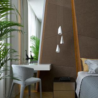 Пример оригинального дизайна: хозяйская спальня в современном стиле с коричневыми стенами, светлым паркетным полом и бежевым полом