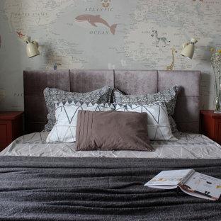 Пример оригинального дизайна: хозяйская спальня среднего размера в стиле лофт с полом из ламината и разноцветными стенами
