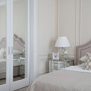 Пример оригинального дизайна: хозяйская спальня в стиле современная классика с бежевыми стенами, светлым паркетным полом и бежевым полом
