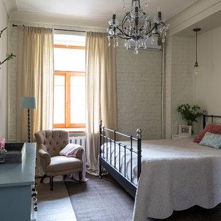 Стильный дизайн: хозяйская спальня в стиле современная классика с белыми стенами - последний тренд