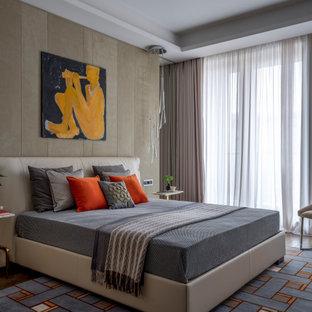 На фото: спальня в современном стиле с бежевыми стенами, темным паркетным полом, коричневым полом и тюлем с