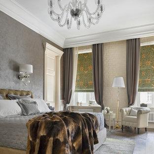 Стильный дизайн: большая хозяйская спальня в стиле современная классика с серыми стенами и темным паркетным полом - последний тренд