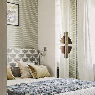 Пример оригинального дизайна: хозяйская спальня в стиле современная классика с серыми стенами