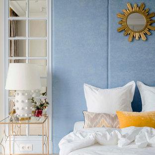 На фото: маленькая хозяйская спальня в современном стиле с полом из ламината, синими стенами и бежевым полом без камина с