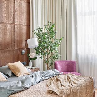Пример оригинального дизайна: хозяйская спальня в современном стиле с коричневыми стенами