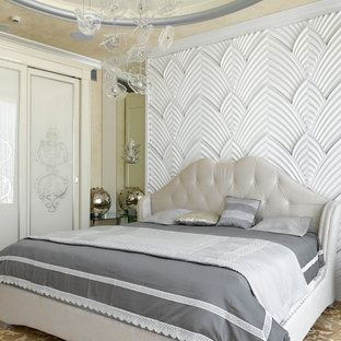 Идея дизайна: хозяйская спальня в стиле современная классика с белыми стенами, бежевым полом и ковровым покрытием