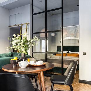 Пример оригинального дизайна: маленькая хозяйская спальня в стиле современная классика с серыми стенами, полом из керамической плитки и коричневым полом