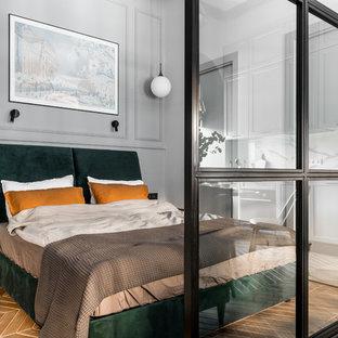 サンクトペテルブルクの小さいトランジショナルスタイルのおしゃれな主寝室 (グレーの壁、セラミックタイルの床、茶色い床) のレイアウト