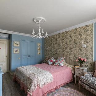 Свежая идея для дизайна: хозяйская спальня в стиле шебби-шик с синими стенами и полом из ламината - отличное фото интерьера