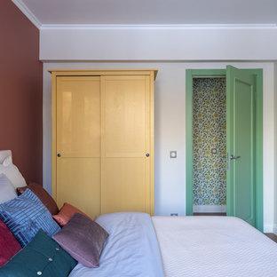 Неиссякаемый источник вдохновения для домашнего уюта: маленькая хозяйская спальня в стиле ретро с разноцветными стенами, паркетным полом среднего тона и коричневым полом без камина