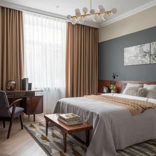 На фото: хозяйская спальня в современном стиле с разноцветными стенами, светлым паркетным полом и бежевым полом с