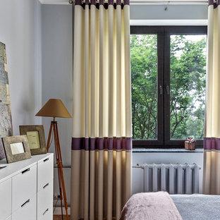 Idee per una piccola camera padronale con pareti grigie, pavimento in legno massello medio e pavimento giallo