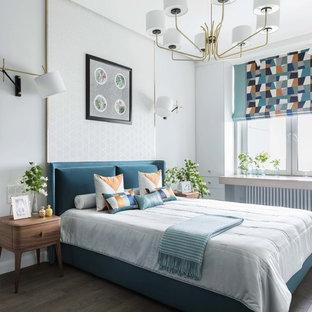 На фото: хозяйская спальня в современном стиле с белыми стенами, темным паркетным полом и коричневым полом