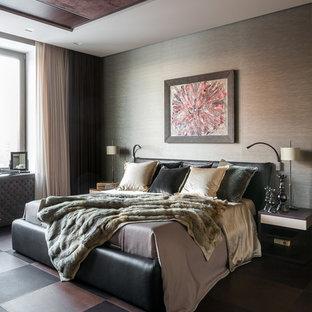 Неиссякаемый источник вдохновения для домашнего уюта: хозяйская спальня среднего размера в современном стиле с коричневыми стенами, темным паркетным полом и коричневым полом
