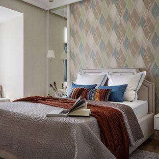 Идея дизайна: хозяйская спальня в стиле современная классика с паркетным полом среднего тона, коричневым полом и бежевыми стенами