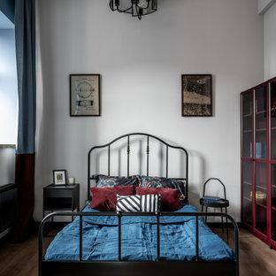 Свежая идея для дизайна: спальня в стиле лофт с серыми стенами, паркетным полом среднего тона и коричневым полом - отличное фото интерьера