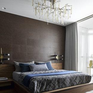 На фото: большая спальня в современном стиле с коричневыми стенами, темным паркетным полом, коричневым полом и тюлем с