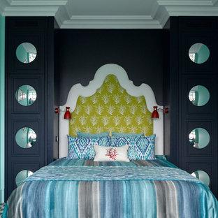 Diseño de dormitorio principal, bohemio, grande, con suelo de baldosas de cerámica, suelo azul y paredes azules