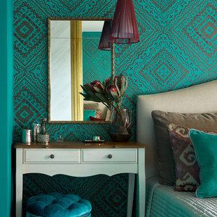 Modelo de dormitorio principal, ecléctico, de tamaño medio, con suelo de madera oscura y paredes multicolor