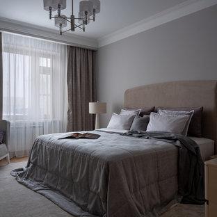 Imagen de dormitorio principal, tradicional renovado, de tamaño medio, con suelo de madera en tonos medios y paredes grises