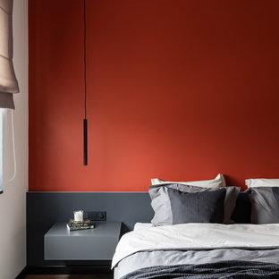 Пример оригинального дизайна: хозяйская спальня в современном стиле с оранжевыми стенами, паркетным полом среднего тона и коричневым полом