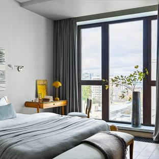 Свежая идея для дизайна: хозяйская спальня в современном стиле с серыми стенами и бежевым полом - отличное фото интерьера