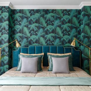 Пример оригинального дизайна: спальня в современном стиле с разноцветными стенами и обоями на стенах