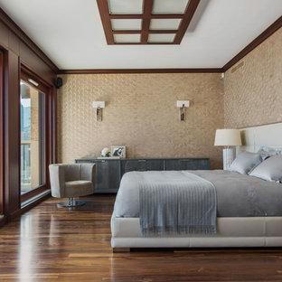 Стильный дизайн: большая спальня в стиле современная классика с бежевыми стенами, темным паркетным полом и коричневым полом - последний тренд