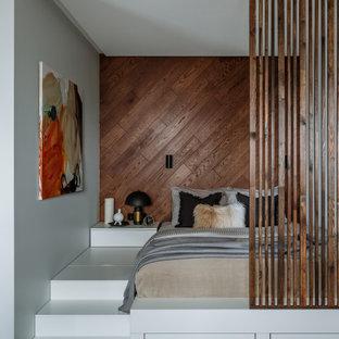 Esempio di una camera matrimoniale design con pareti marroni