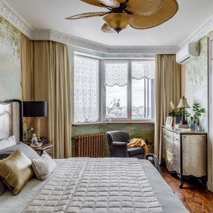 Свежая идея для дизайна: хозяйская спальня среднего размера в классическом стиле с зелеными стенами, темным паркетным полом, коричневым полом и обоями на стенах без камина - отличное фото интерьера