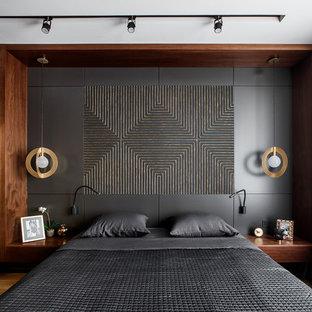 Пример оригинального дизайна: спальня в современном стиле с коричневыми стенами, паркетным полом среднего тона и коричневым полом