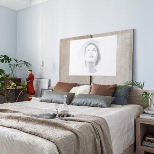 Идея дизайна: хозяйская спальня в стиле современная классика с светлым паркетным полом и синими стенами