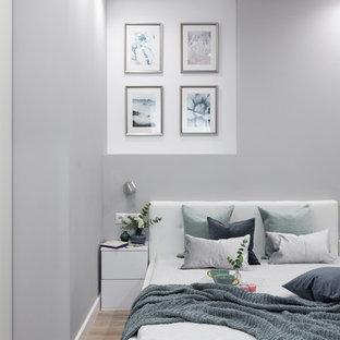 モスクワの小さいコンテンポラリースタイルのおしゃれな寝室 (グレーの壁、ラミネートの床、ベージュの床) のインテリア