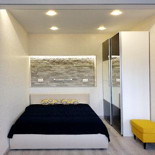 Foto de dormitorio nórdico, pequeño, sin chimenea, con paredes beige, suelo laminado y suelo gris