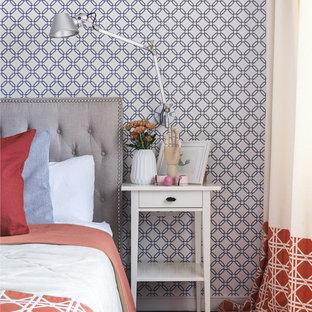 Неиссякаемый источник вдохновения для домашнего уюта: хозяйская спальня в современном стиле с темным паркетным полом