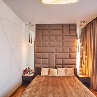 Foto de dormitorio principal, actual, de tamaño medio, con paredes marrones, suelo de madera clara y suelo amarillo