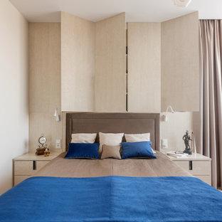 На фото: хозяйская спальня в современном стиле с бежевыми стенами