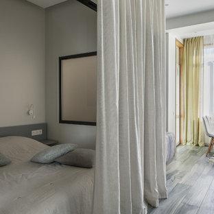 Идея дизайна: маленькая хозяйская спальня в скандинавском стиле с серыми стенами и коричневым полом без камина