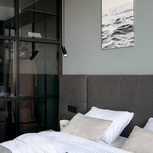 На фото: хозяйская спальня среднего размера в современном стиле с серыми стенами