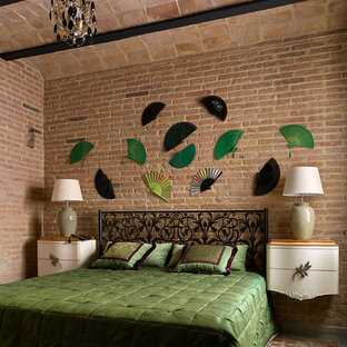 Imagen de dormitorio principal, mediterráneo, de tamaño medio, sin chimenea, con paredes marrones, suelo de baldosas de cerámica y suelo marrón