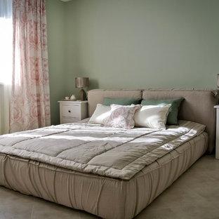 Стильный дизайн: хозяйская спальня в современном стиле с зелеными стенами без камина - последний тренд