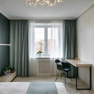 Ispirazione per una camera matrimoniale design di medie dimensioni con pareti beige, pavimento beige e pavimento in sughero
