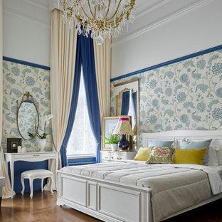 На фото: хозяйская спальня в классическом стиле с разноцветными стенами и паркетным полом среднего тона без камина с